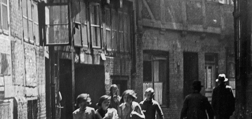Kinder rennen durch eine Gasse im Hamburger Gängeviertel um 1930